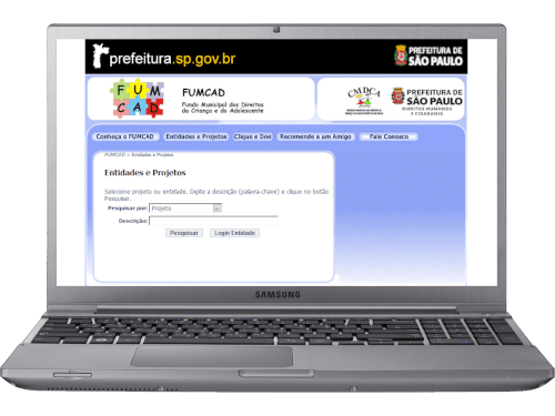 Notebook com o site FUMCAD aberto