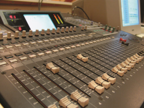 Close de uma mesa de estúdio