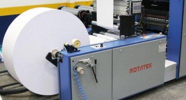 Close de uma bobina de máquina de impressora rotativa