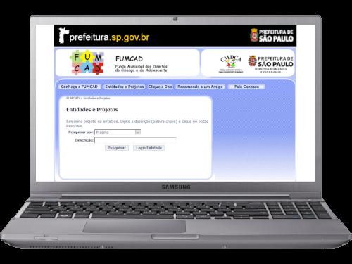 Notebook com o site FUMCAD aberto