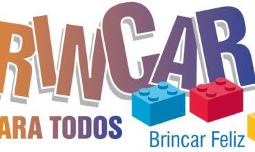 Logo do projeto Brincar para Todos. a imagem traz as palavras Brincar para todos com um degradê do laranja para o roxo. Junto com as letras, peças de blocos de montar.