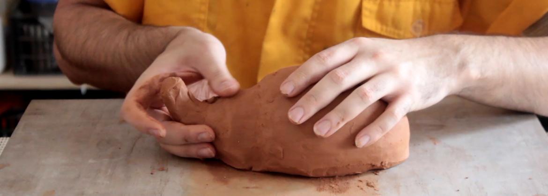 Close nas mãos de Ricardo Barbosa, Arte Educador do Programa de Jovens e Adultos (Proceja), da Laramara. Tem nas mãos, uma peça de argila em processo de modelagem.