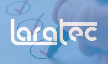logotipo do laratec em primeiro plano, em segundo plano, foco em mão segurando uma caneta, assinalando respostas em uma pesquisa